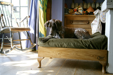 raised, pine dog bed, queen Anne Legs